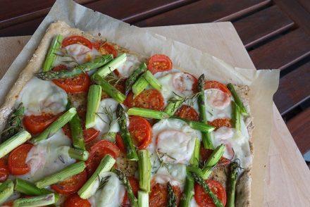 vegane-pizza-mit-grünem-spargel-ekulele- vegan-food-pizza-1