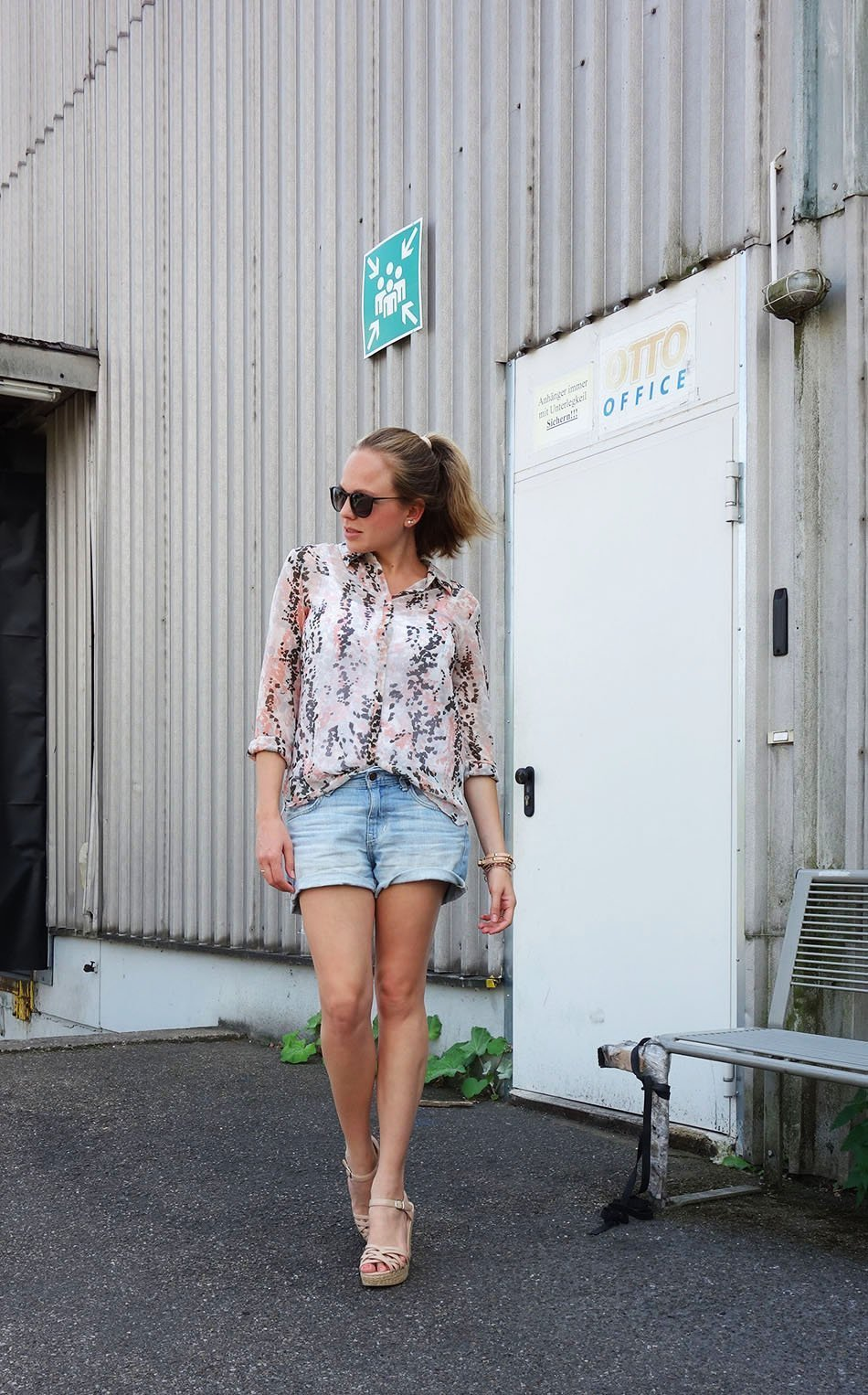 Jeans Shorts und Keilabsatz Sandalen,ekulele, mamablogger