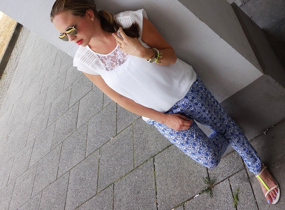 blaue sommerhose, sommerlook, ekulele, neon, h&M, weiße Bluse, lookbook