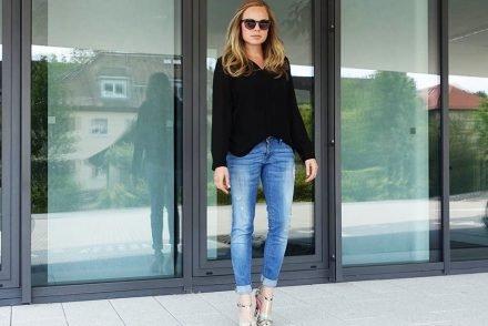 Schwarze Bluse und Boyfriend Jeans ekulele fashionblogger mango heels neon mamablogger