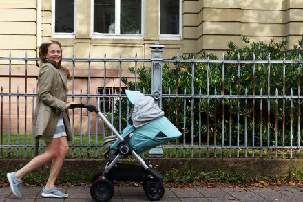 stokke kinderwagen mamablogger mamablog streifenkleid trenchcoat sneakers casual family outfit