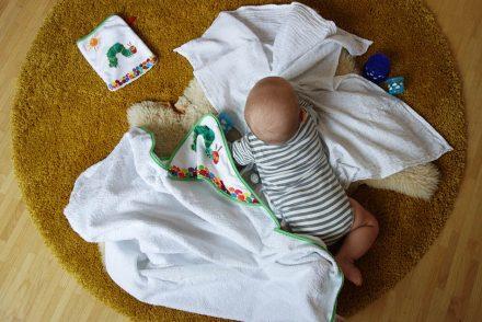 kleine raupe nimmersatt, handtuch, kinder baden, ekulele, ökotex, mamablog