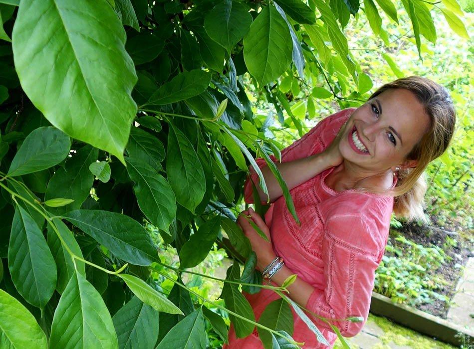 Sommerlook mit Batistkleid und silbernen Sandalen, ekulele, fairfashion, sommerkleid, batikkleid, vegane schuhe, trend silber, luftiges sommerkleid fuer taufe, kleid aus biobaumwolle (6)