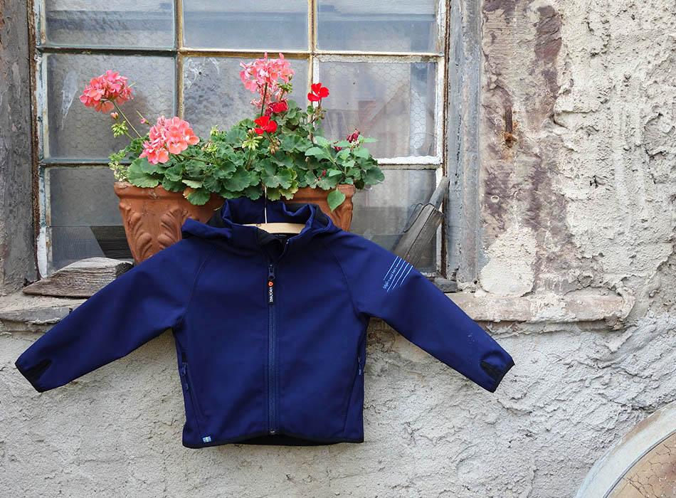 funktionskleidung-fuer-kinder-schlechtes-wetter-gibt-es-nicht-outdoorkleidung-kids-waldkindergarten-jacke-mamablog-ekulele-winter-mit-kind-regenjacke-5
