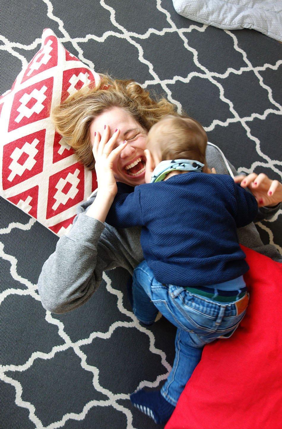 Baby, Bauch, Gesundheit, Entwiclung, blubbern, Familie, mamablog, ekulele, leben zu dritt, immunsystem, familienzeit, quatsch, verstcken, kitzeln, raufen, daddy and son