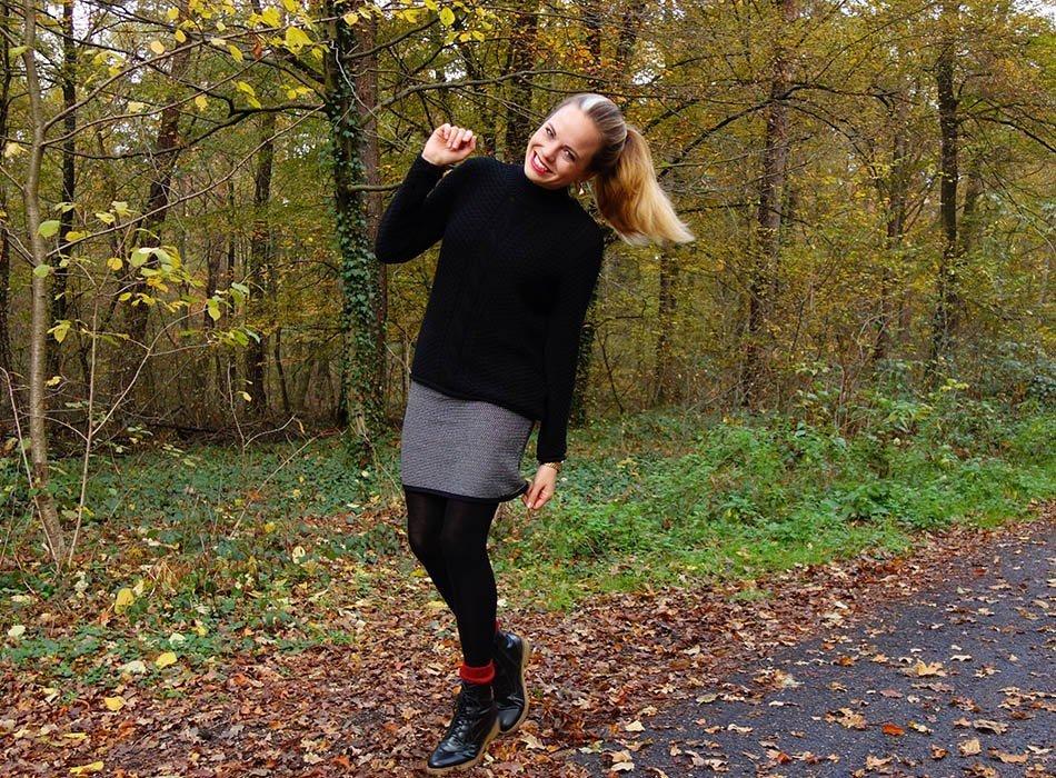 turtleneck-waffelmuster-und-rote-socken-faire-mode-schwarz-weisser-look-mamastyle-mamablog-nachhaltigkeit-herbstmode-1