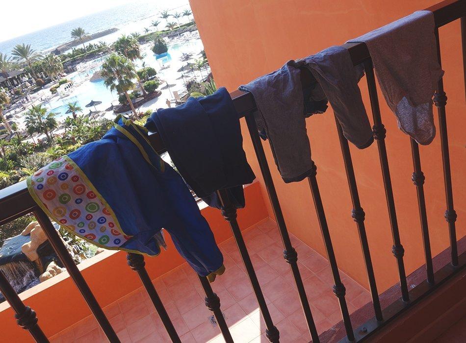 Ich packe J.Boys Koffer und nehme mit Waschmittel, ekulele, kleinkind, urlaub, waschmittel, unterwegs, sauber, hausfrauen tipps, mamablog, familienalltag (1)