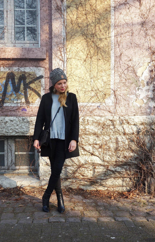 Volant schlicht kombiniert - Winteroutfit, ekulele, mamablog, mumstyle, trend 2017, schwarz, grau, rüschchen, elegant, stylemom (4)