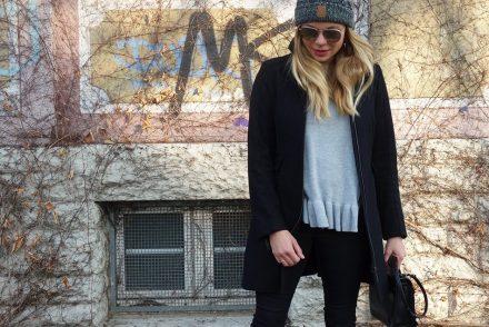 ekulele, mamablog, instamom, streetstyle, winteroutfit, wintermode, trend 2017, rüschchen, volant, grau und schwarz, schlichter look