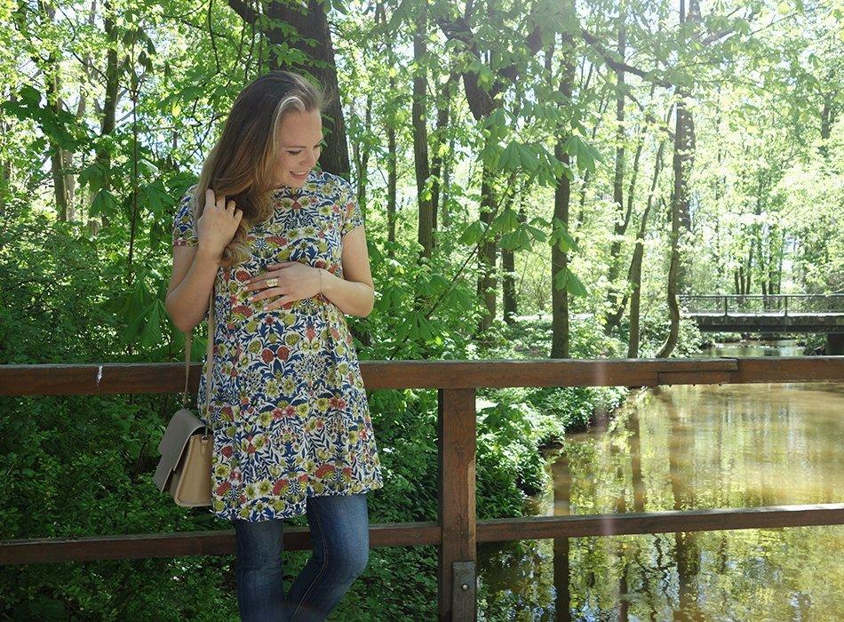 Blumenkleid, Parka und Jeans. maternity spring style, ekulele, umstandsmode, schwangerschaft, modisch, kleid, blumen, jeans, matt&nat, vegan, lookbook, pregnancy, schwangerschaftsmode