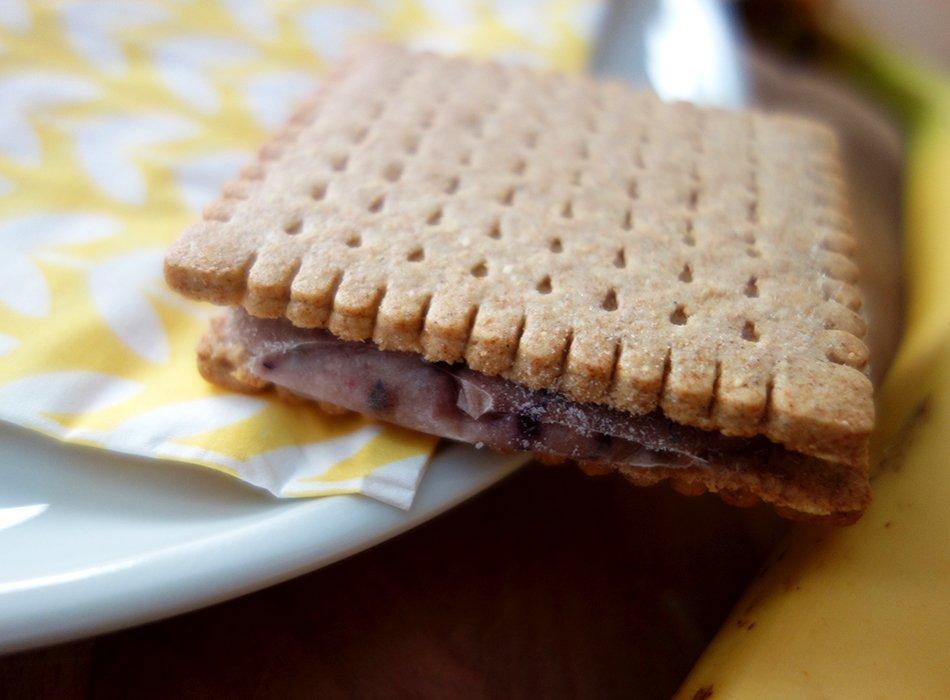 eis, sandwich, diy, rezept, vegan, einfach, lecker, butterkeks, ekulele, backen für kinder, foodblog, mamablogger, sommer, snack, obst