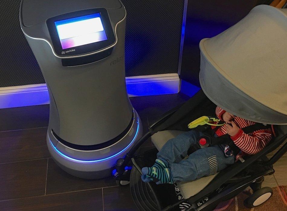 Roboter und Baby im Silicon Valley
