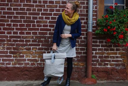 parisienne, streifenkleid, eco fashion, fair, bio, modern, office rucksack, vegan, herbstlook, senfgelber schal, lookbook, ekulele