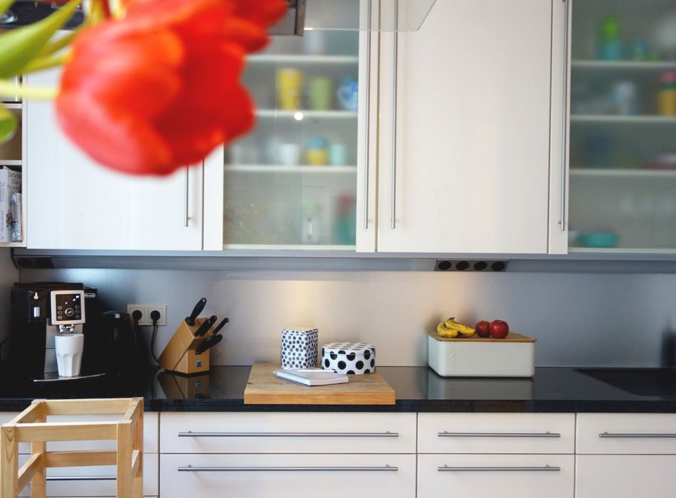 kche matt glnzend planung langlebig naturstein holz arbeitsplatte - Kchen Mit Weien Schrnken Und Arbeitsplatten Aus Granit