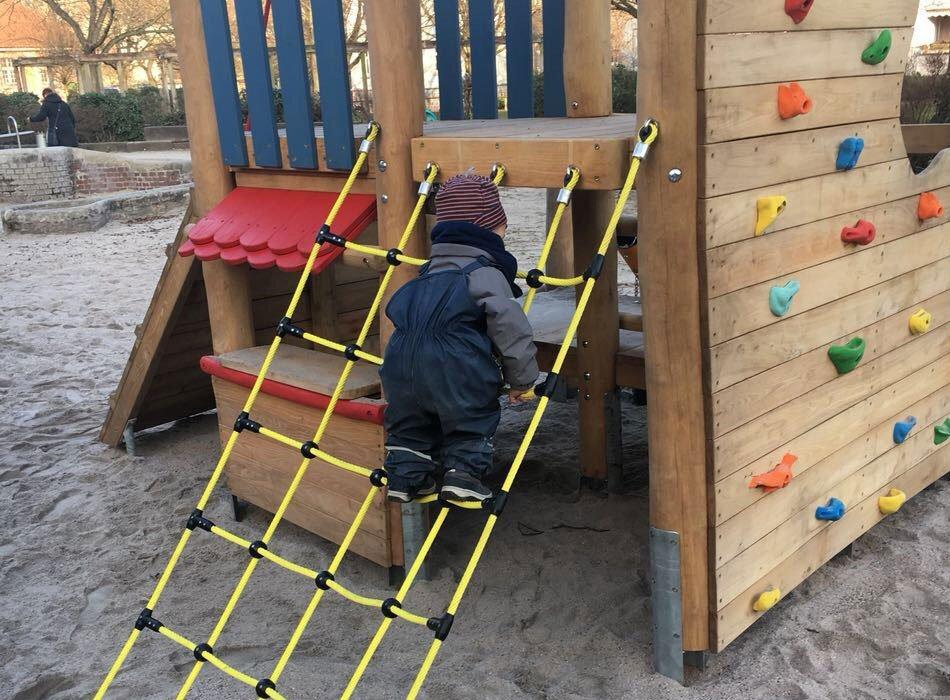 kleinkind, motorik, klettern, spielplatz