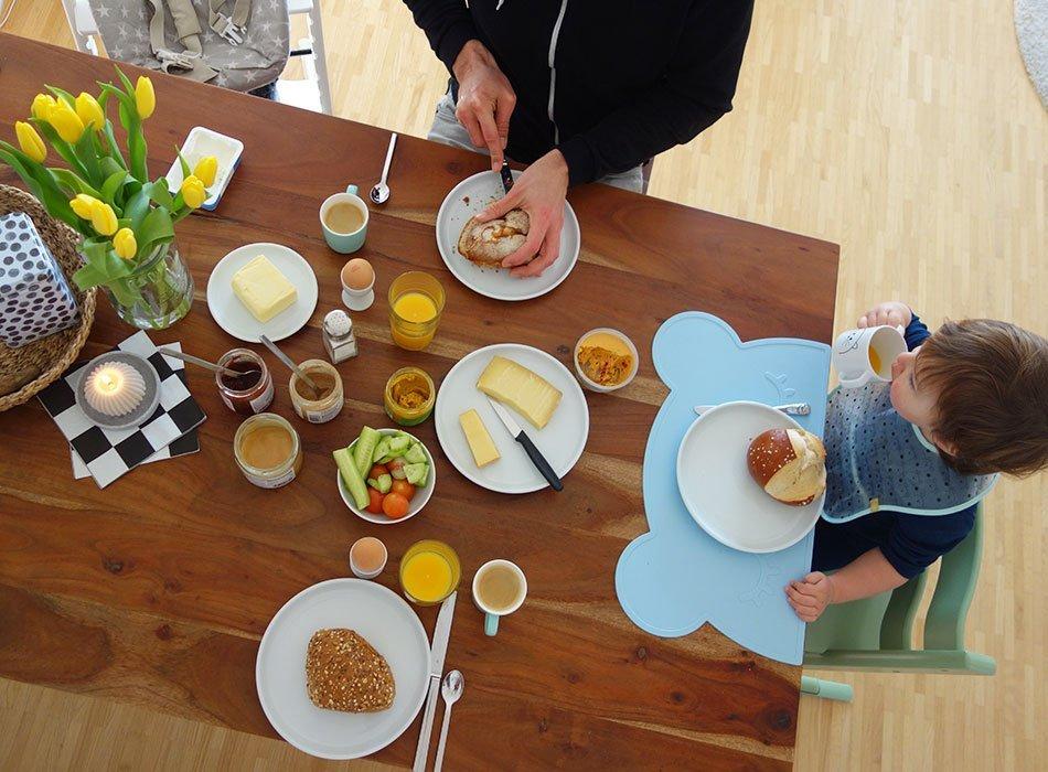 wochenende, frühstück, familienleben, alltag mit kleinkind, tisch, kaffee am morgen