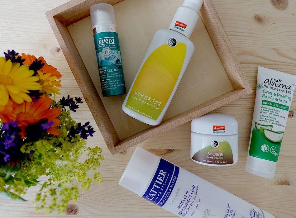 Naturkosmetik im Test, Sommerprodukte, Lotion mit Tönung, Mizellenwasser, Serum, Peeling