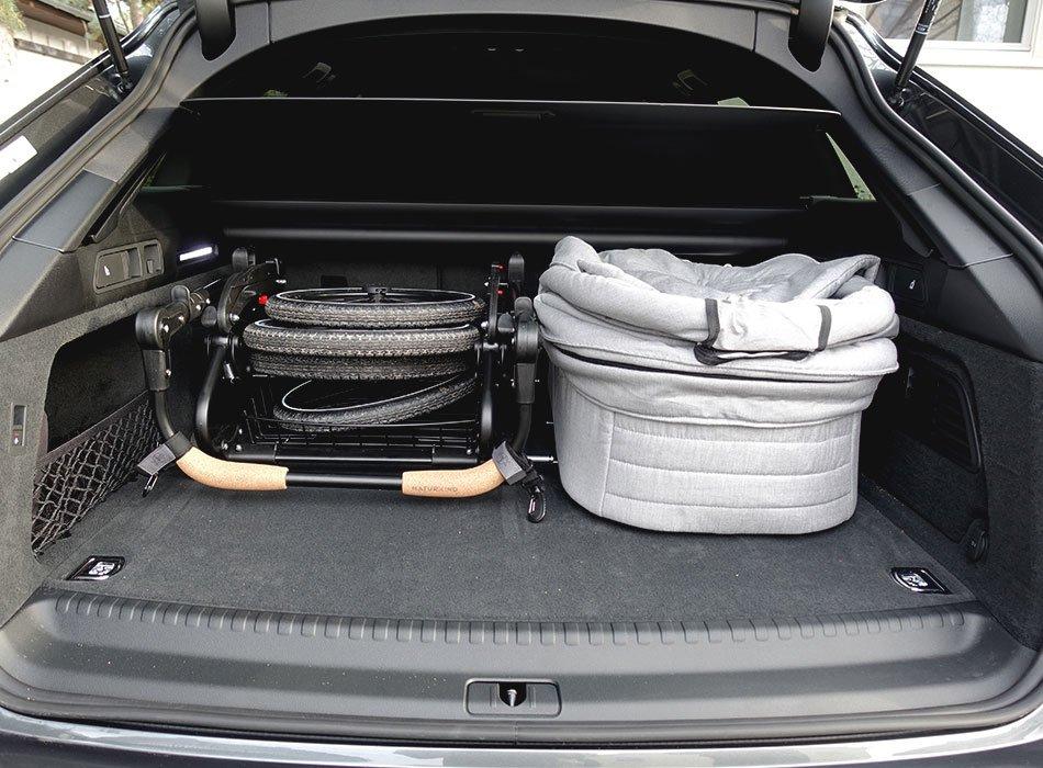 Naturkind-Kinderwagen Vita verstaut im Kofferraum
